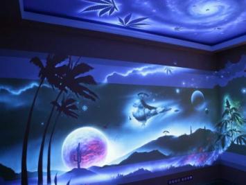 роспись стен светящейся краской